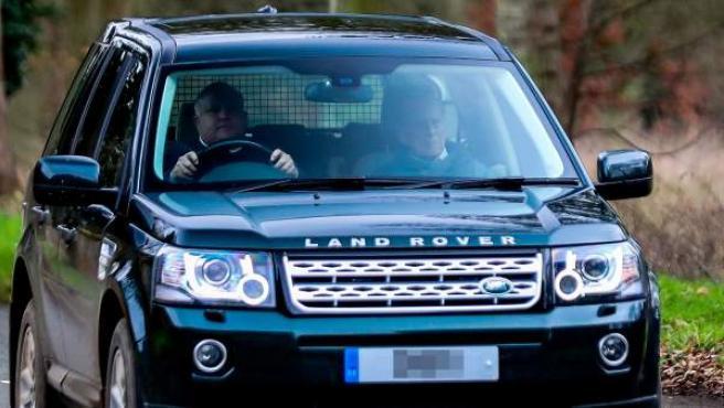 Felipe de Edimburgo, a la derecha, de copiloto tras sus incidentes al volante.