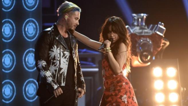 J Balvin y Camila Cabello durante su actuación en los Premios MTV Movie and TV 2017.