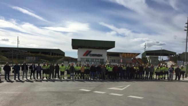 Los trabajadores de CEMEX bloquean los accesos a la fábrica de Lloseta.