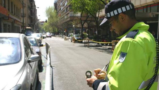 Imagen de archivo de un agente poniendo una multa de tráfico.