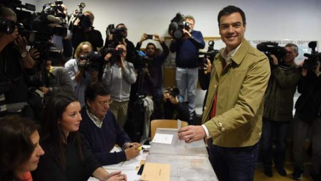"""""""Es una jornada histórica. La mejor noticia es que todos los españoles acudamos a votar. Huele a cambio. Necesitamos gobiernos que piensen en los españoles y españolas"""", dijo el candidato del PSOE, Pedro Sánchez, tras votar en Pozuelo de Alarcón (Madrid)."""