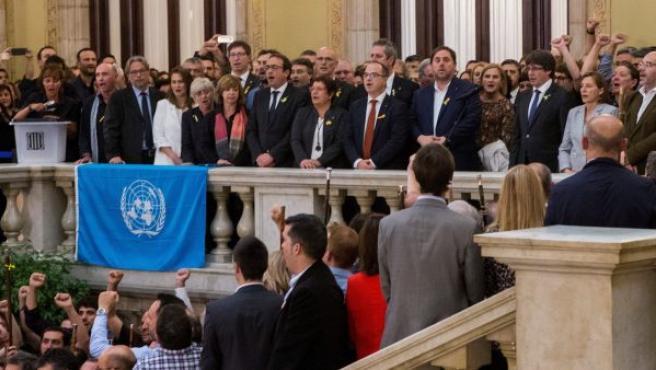 El presidente de la Generalitat, Carles Puigdemont (d) junto al vicepresidente del Govern y conseller de Economía, Oriol Junqueras (2d), realiza una declaración en las escalinatas del Parlamen del Parlament tras aprobarse en el pleno, la declaración de independencia, con los votos de Junts pel Sí (JxSí) y la CUP. Mientras, cantan 'Els Segadors', el himno oficial de Cataluña.