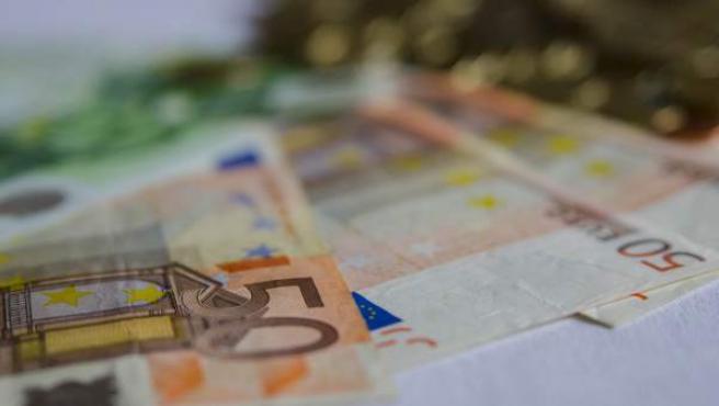Monedas y billetes de euro.