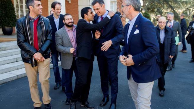 Pedro Sánchez con el elenco de la película 'Campeones' en la Moncloa.