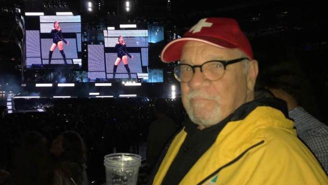 Foto del día: Paul Schrader celebra su cumpleaños en un concierto de Taylor Swift
