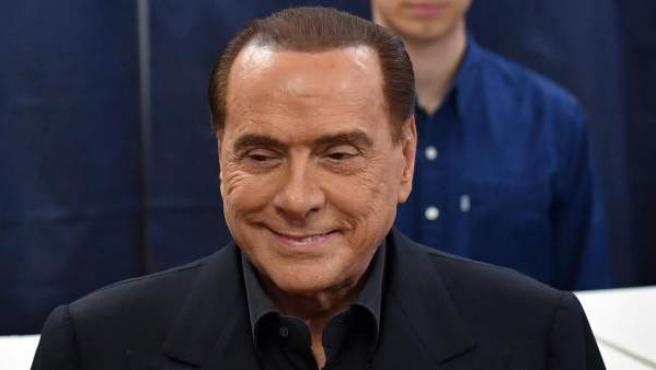 <p>Silvio Berlusconi vota en las elecciones italianas.</p>