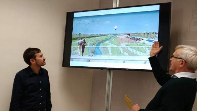 El concejal de Devesa-Albufera, Sergi Campillo, y el alcalde de València, Joan Ribó, junto a una simulación de la propuesta de renaturalización del nuevo cauce del Turia.