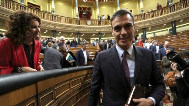 El presidente del Gobierno, Pedro Sánchez (d) junto a la ministra de Hacienda, María Jesús Montero al finalizar la primera jornada del debate de totalidad de los presupuestos este martes en el pleno del Congreso.