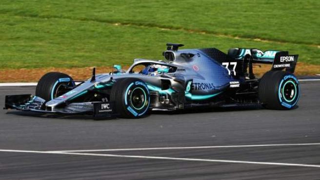 Valtteri Bottas pilota el Mercedes W10 el día de su presentación.