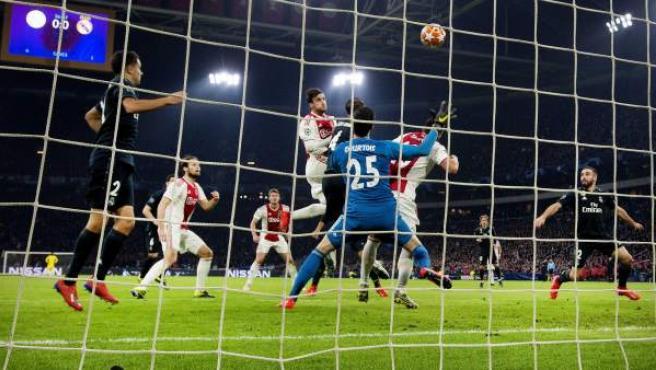 Gol anulado al Ajax ante el Real Madrid.