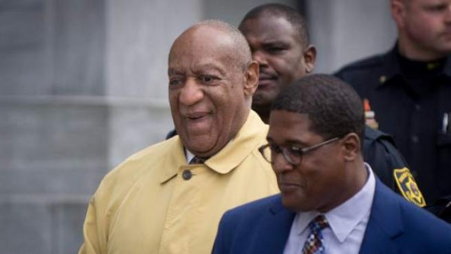 El artista estadounidense Bill Cosby abandona la corte del condado de Montgomery.
