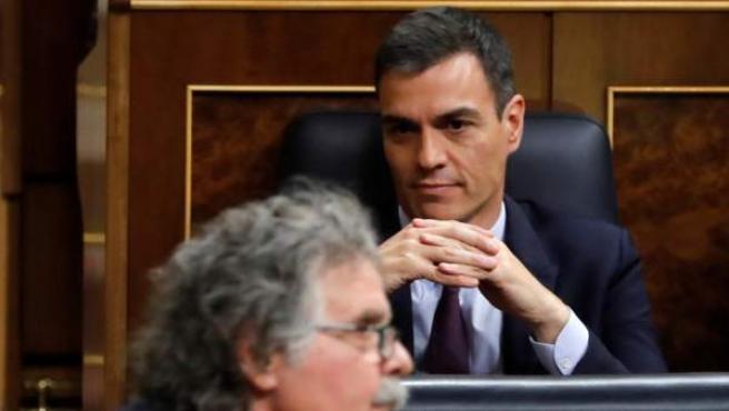 Sánchez escucha a Tardá en el Congreso.