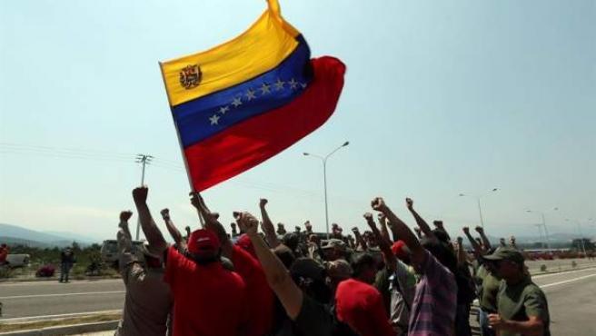 Miembros de milicias venezolanas bloquean el puente internacional Las Tienditas entre Venezuela y Colombia, donde permanece retenida ayuda humanitaria enviada por EE UU.