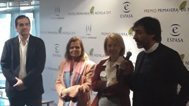 Juan del Val junto al jurado que le ha entregado el premio Primavera de Novela 2019.