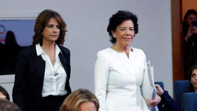 Las ministras de Educación, Isabel Celaá (d) y de Justicia, Dolores Delgado, durante la rueda de prensa posterior al Consejo de Ministros, este viernes en el Palacio de la Moncloa.