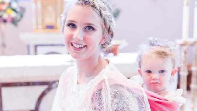 Dalton Mort, la novia de Ohio que se casó con su hija de dos años a la espalda.