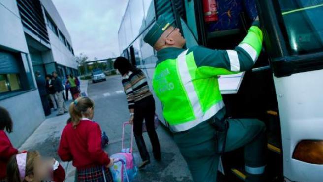 Imagen de un control de la Guardia Civil de Tráfico a un autobús durante la campaña de transporte escolar.