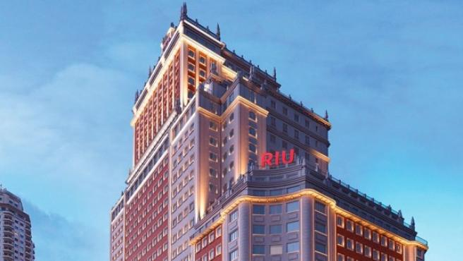 Imagen del Edificio España con el cartel de Riu.