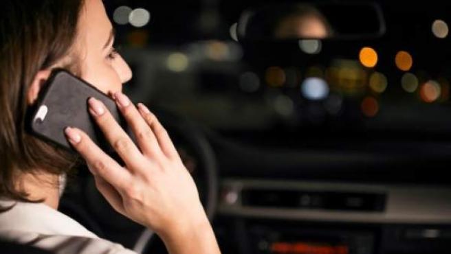 En caso de ver a un conductor cometiendo está imprudencia, hay que llamar a emergencias para que alerten a otros vehículos.