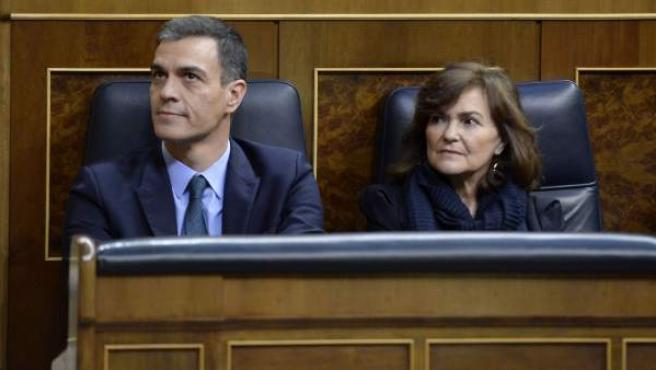 El presidente del Gobierno, Pedro Sánchez, junto a la vicepresidenta, Carmen Calvo, durante la votación de los Presupuestos 2019 en el Congreso de los Diputados.