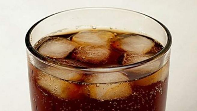 Imagen de un vaso de refresco con hielo.