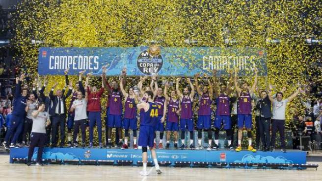 Los jugadores del FC Barcelona celebran su victoria en la Copa del Rey.