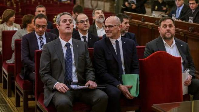 Romeva (centro, primera fila) y Turull (detrás) durante el juicio al Procés