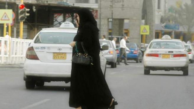 Dos mujeres caminan por las calles de Yeda, en Arabia Saudi.