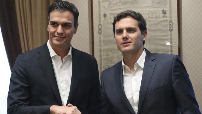 Imagen de archivo de un apretón de manos de Pedro Sánchez y Albert Rivera.