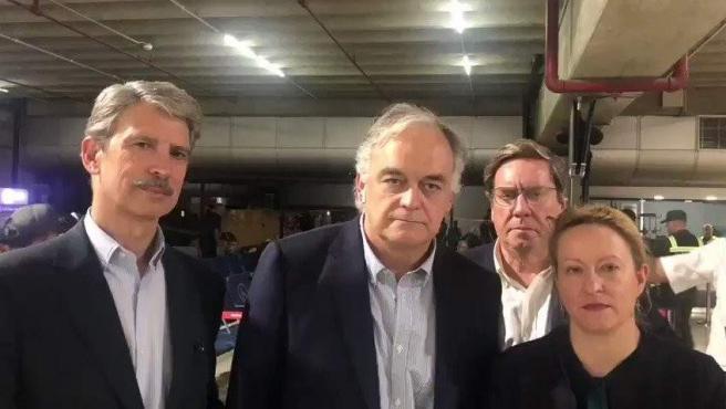 Esteban González Pons, portavoz de la delegación española del Partido Popular en el Parlamento Europeo, junto a otros europarlamentarios, en el Aeropuerto Internacional Simón Bolívar, en Caracas (Venezuela), en una captura de un vídeo difundido por el PP.