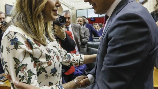El líder del PP-A, Juanma Moreno, es felicitado por la hasta ahora presidenta del Ejecutivo andaluz, Susana Díaz.
