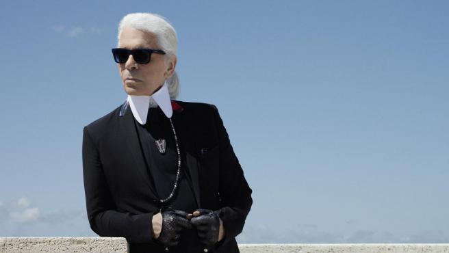 Fallece el diseñador alemán Karl Lagerfeld a sus 85 años de edad.