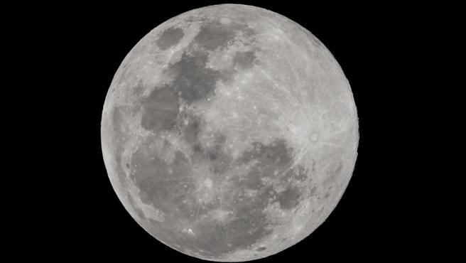 """La Luna, fotografiada durante el fenómeno de la """"superluna"""" en Manila."""