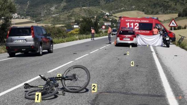 Estado en el que ha quedado la bicicleta de un ciclista que ha sido atropellado mortalmente en Erice de Iza, Navarra.