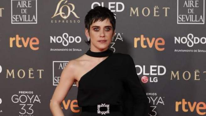 María León luce un bonito diseño, a su llegada a la alfombra roja de los Goya 2019.