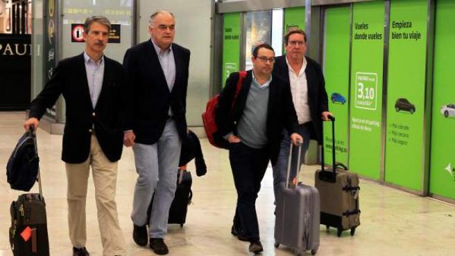González Pons (2i), portavoz de la delegación española del Partido Popular en el Parlamento Europeo (PE), a su llegada este lunes y al aeropuerto Madrid-Barajas.