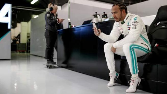 Lewis Hamilton, en el box de Mercedes.