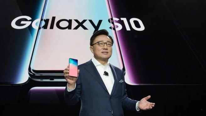 El CEO de la División de Comunicaciones Móviles y TI de Samsung Electronics, DJ Koh, presenta el nuevo Galaxy S10 en San Francisco, California (EE UU).
