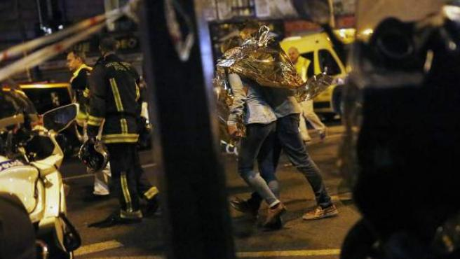 Víctimas abandonan la sala de conciertos Bataclan tras el tiroteo en París en 2015.