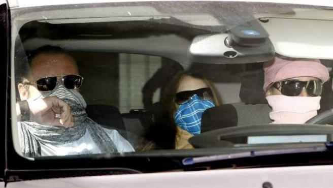 'El Cuco', abandonando el el juicio por la violación y asesinato de la joven Marta del Castillo, en un automóvil conducido por sus padres.