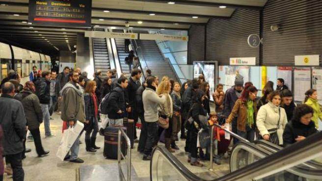 Usuarios del metro de València descienden de un convoy en la estación de Xàtiva, ubicada en el centro de la ciudad.