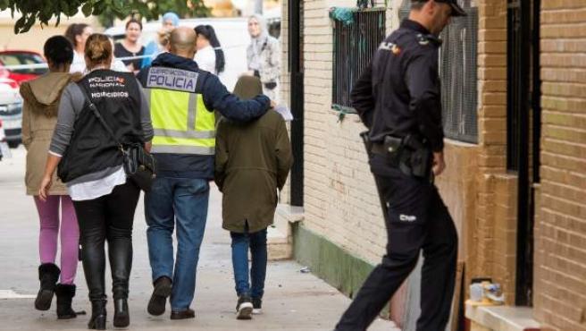 La Policía acompaña al hijo de la mujer asesinada a puñaladas presuntamente por su expareja en Sevilla.