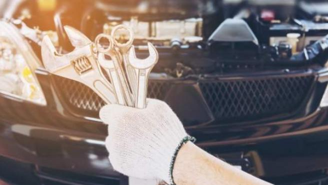 Aunque se revisen en casa las ruedas y luces, lo mejor es acudir al taller de confianza para que pongan el motor y los frenos a examen.