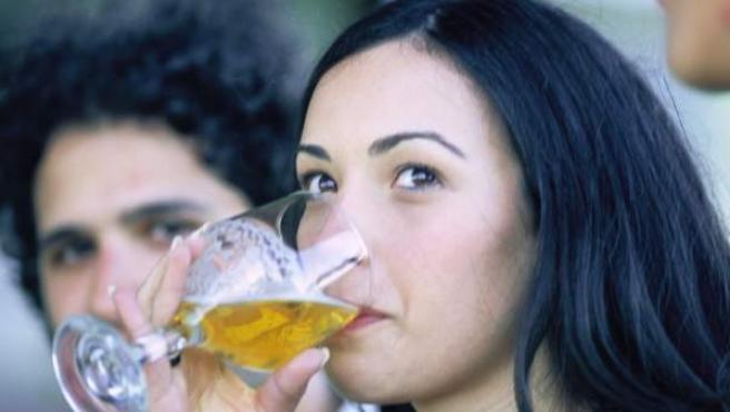 Mujer tomando una cerveza