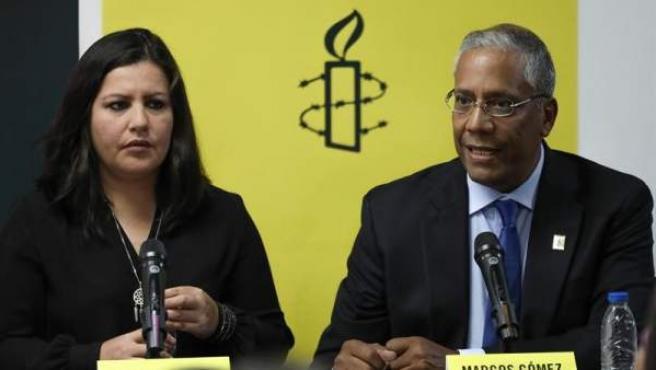 La directora para las Américas de Amnistía Internacional (AI), Erika Guevara Rosas, y el director de AI Venezuela, Marcos Gómez, en Caracas.