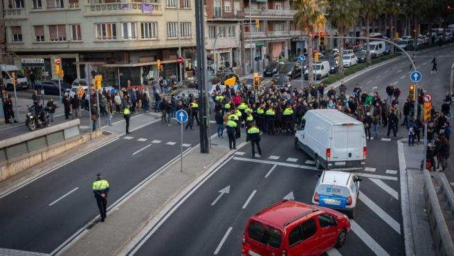 Manifestantes cortan la ronda General Mitre de Barcelona por la huelga
