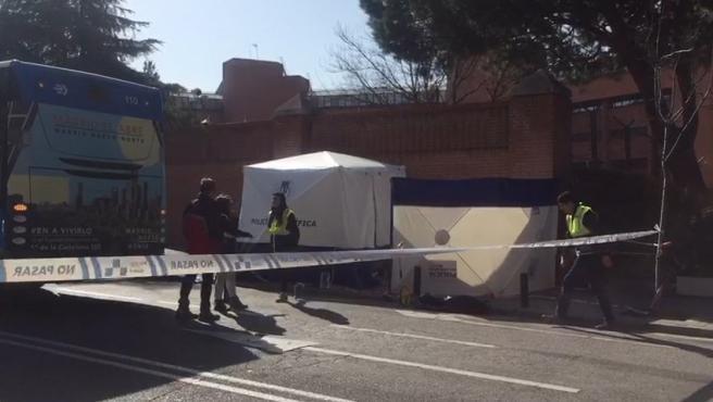 Lugar en el que un hombre ha muerto tras ser atropellado por un autobús de la EMT en Madrid.