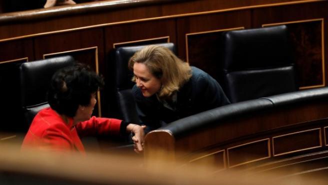 La ministra de Educación, Isabel Celaá, y la ministra de Economía, Nadia Calviño.