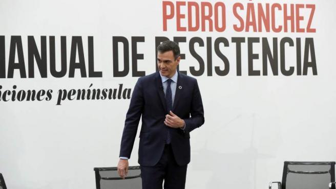 """El presidente del Gobierno, Pedro Sánchez, junto a la periodista Mercedes Milá, durante la presentación de su libro """"Manuel de resistencia"""", este jueves en Madrid."""