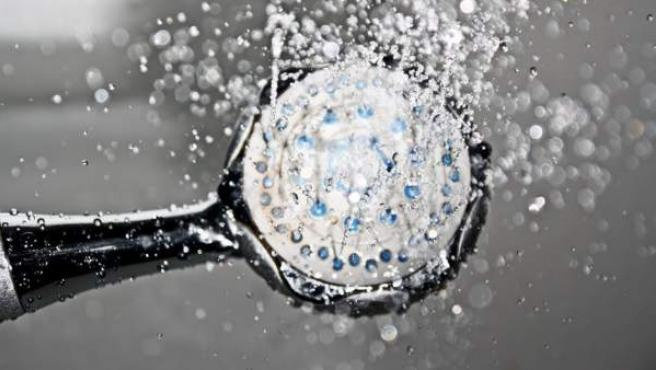 La ducha debería limitarse a cinco minutos, según la OMS.